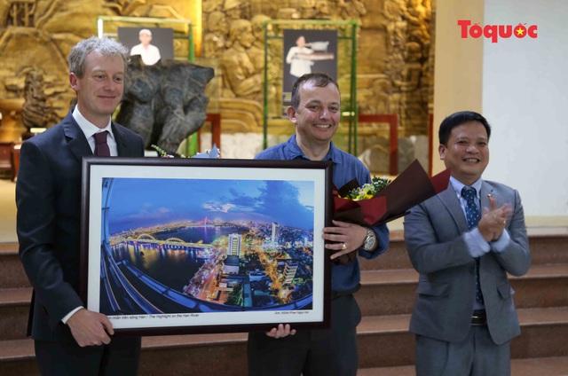 Giám đốc Bảo tàng Đà Nẵng Huỳnh Đình Quốc Thiện tặng hoa và quà cho GS. Graeme Were.