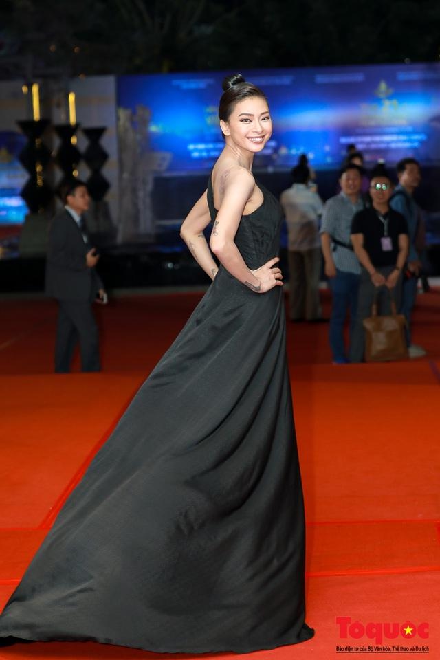 Hình ảnh Ngô Thanh Vân rạng rỡ đón 2 giải bông sen  vàng và bạc trong lễ bế mạc liên hoan phim Việt Nam - Ảnh 1.