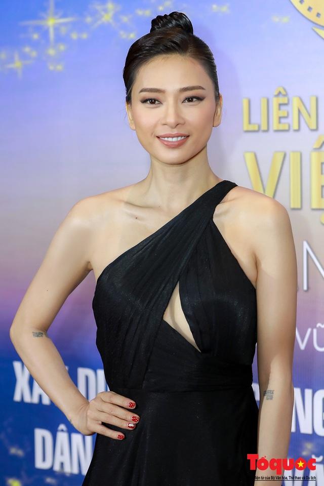Hình ảnh Ngô Thanh Vân rạng rỡ đón 2 giải bông sen  vàng và bạc trong lễ bế mạc liên hoan phim Việt Nam - Ảnh 5.