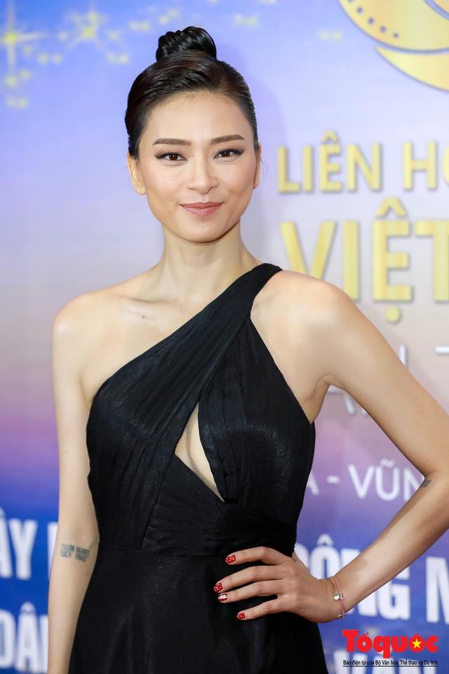Hình ảnh Ngô Thanh Vân rạng rỡ đón 2 giải bông sen  vàng và bạc trong lễ bế mạc liên hoan phim Việt Nam - Ảnh 7.