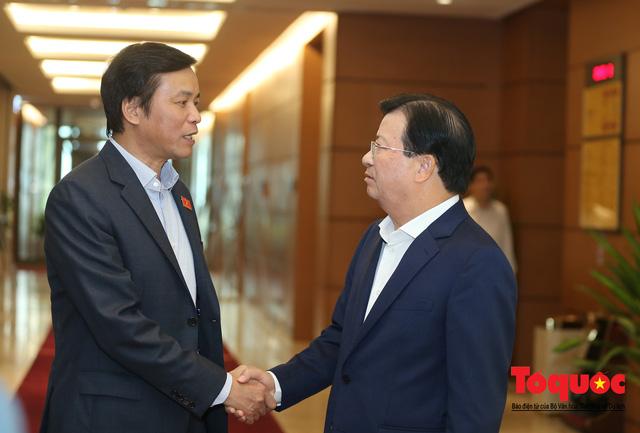 Thủ tướng trao đổi với các đại biểu bên lề hành lang nghị trường ngày đầu phiên chất vấn kỳ 8 Quốc hội khóa XIV - Ảnh 7.