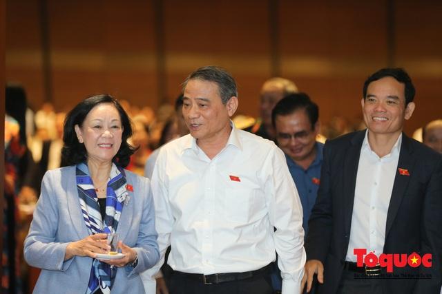 Thủ tướng trao đổi với các đại biểu bên lề hành lang nghị trường ngày đầu phiên chất vấn kỳ 8 Quốc hội khóa XIV - Ảnh 18.