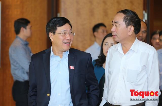 Thủ tướng trao đổi với các đại biểu bên lề hành lang nghị trường ngày đầu phiên chất vấn kỳ 8 Quốc hội khóa XIV - Ảnh 8.