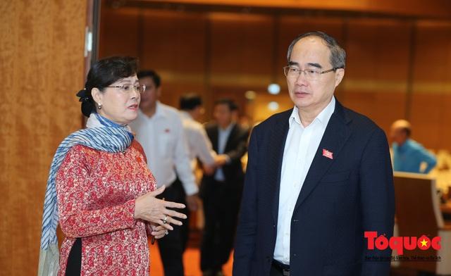 Thủ tướng trao đổi với các đại biểu bên lề hành lang nghị trường ngày đầu phiên chất vấn kỳ 8 Quốc hội khóa XIV - Ảnh 10.