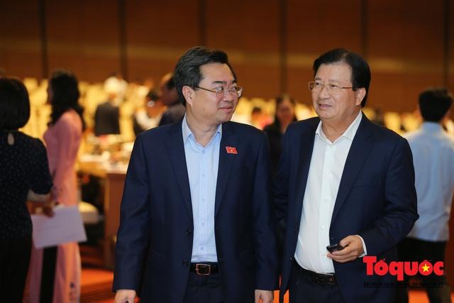Thủ tướng trao đổi với các đại biểu bên lề hành lang nghị trường ngày đầu phiên chất vấn kỳ 8 Quốc hội khóa XIV - Ảnh 6.