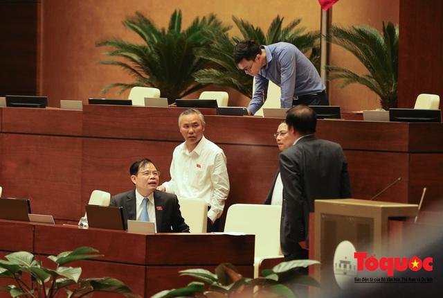 Thủ tướng trao đổi với các đại biểu bên lề hành lang nghị trường ngày đầu phiên chất vấn kỳ 8 Quốc hội khóa XIV - Ảnh 11.
