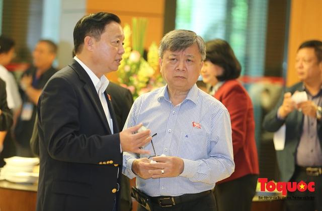 Thủ tướng trao đổi với các đại biểu bên lề hành lang nghị trường ngày đầu phiên chất vấn kỳ 8 Quốc hội khóa XIV - Ảnh 17.