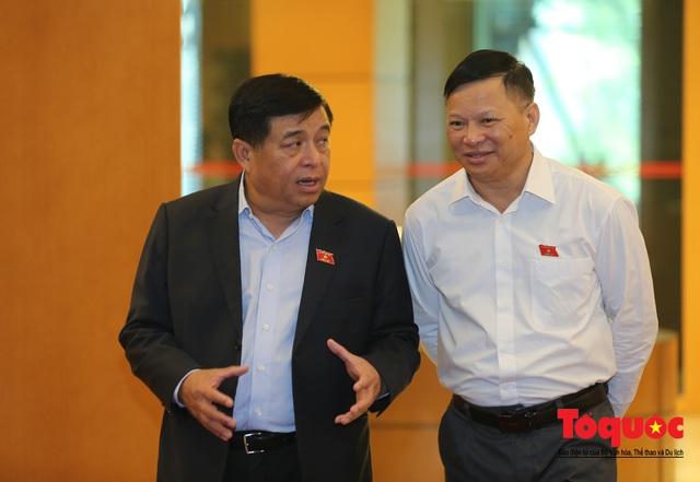 Thủ tướng trao đổi với các đại biểu bên lề hành lang nghị trường ngày đầu phiên chất vấn kỳ 8 Quốc hội khóa XIV - Ảnh 16.
