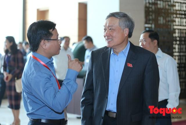 Thủ tướng trao đổi với các đại biểu bên lề hành lang nghị trường ngày đầu phiên chất vấn kỳ 8 Quốc hội khóa XIV - Ảnh 12.