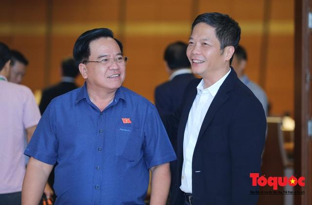 Thủ tướng trao đổi với các đại biểu bên lề hành lang nghị trường ngày đầu phiên chất vấn kỳ 8 Quốc hội khóa XIV - Ảnh 14.