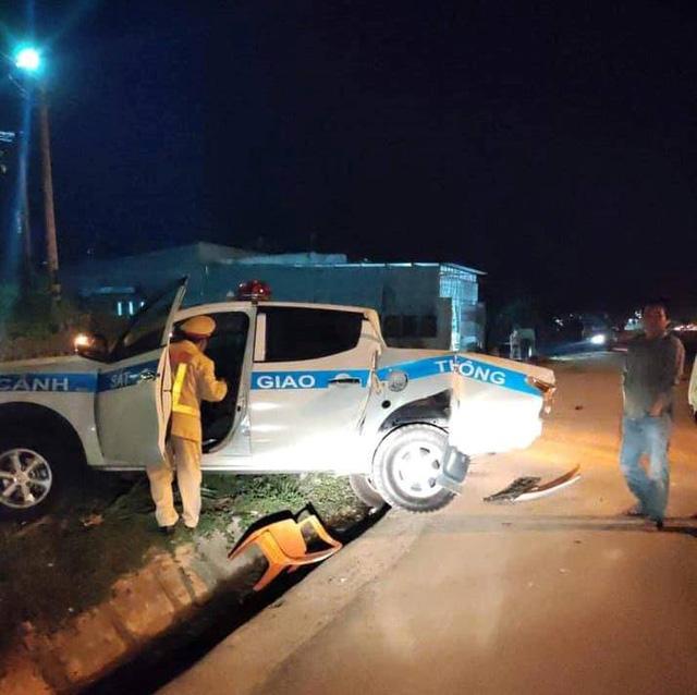 Xe CSGT bị xe tải tông khi đang làm nhiệm vụ - Ảnh 1.