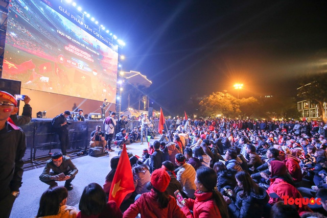 Biển người hò reo ăn mừng huy chương vàng SEA Games 30 của U22 Việt Nam - Ảnh 1.