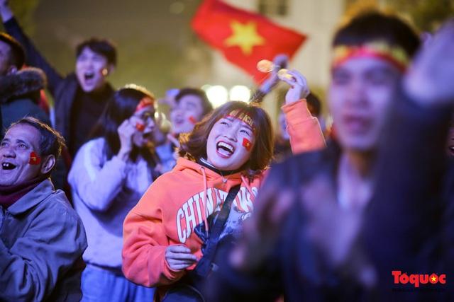 Biển người hò reo ăn mừng huy chương vàng SEA Games 30 của U22 Việt Nam - Ảnh 20.