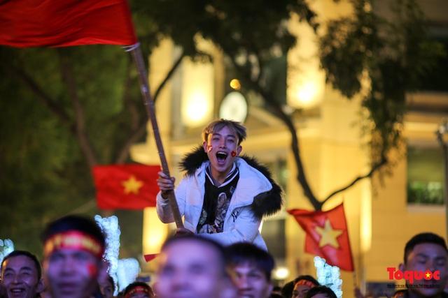 Biển người hò reo ăn mừng huy chương vàng SEA Games 30 của U22 Việt Nam - Ảnh 16.
