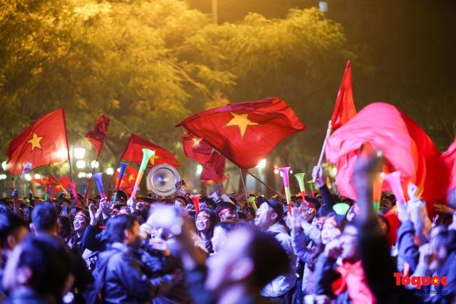 Biển người hò reo ăn mừng huy chương vàng SEA Games 30 của U22 Việt Nam - Ảnh 15.