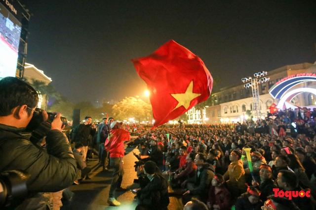 Biển người hò reo ăn mừng huy chương vàng SEA Games 30 của U22 Việt Nam - Ảnh 14.