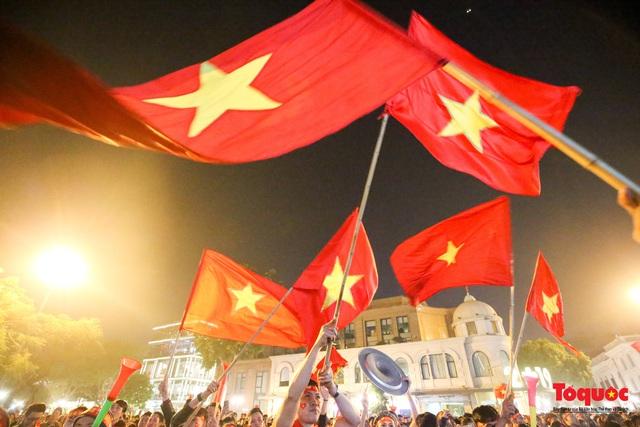 Biển người hò reo ăn mừng huy chương vàng SEA Games 30 của U22 Việt Nam - Ảnh 13.