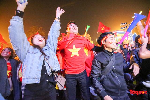 Biển người hò reo ăn mừng huy chương vàng SEA Games 30 của U22 Việt Nam - Ảnh 12.