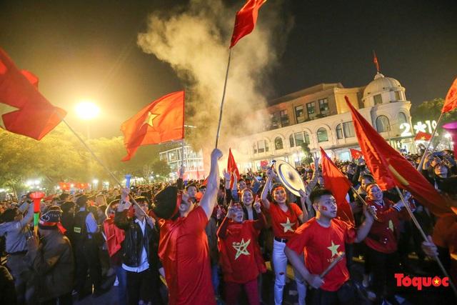 Biển người hò reo ăn mừng huy chương vàng SEA Games 30 của U22 Việt Nam - Ảnh 10.