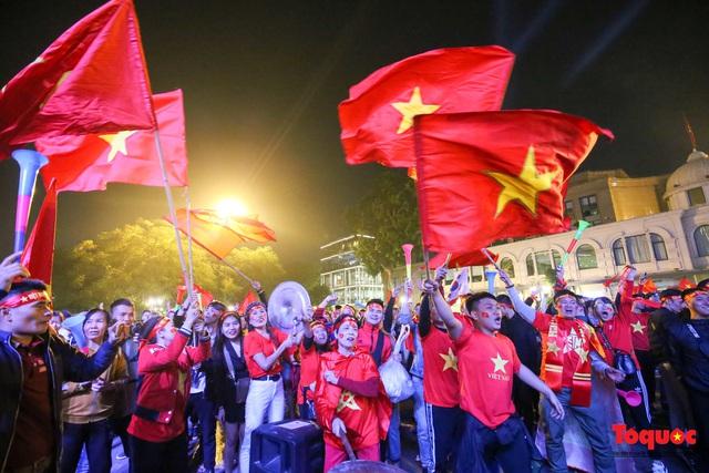 Biển người hò reo ăn mừng huy chương vàng SEA Games 30 của U22 Việt Nam - Ảnh 9.