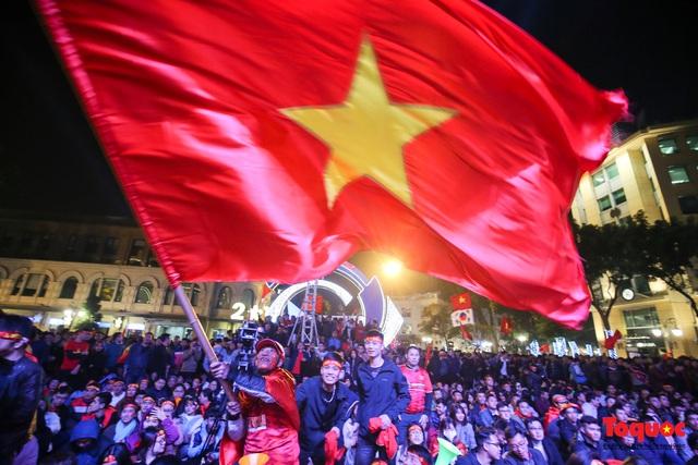 Biển người hò reo ăn mừng huy chương vàng SEA Games 30 của U22 Việt Nam - Ảnh 3.