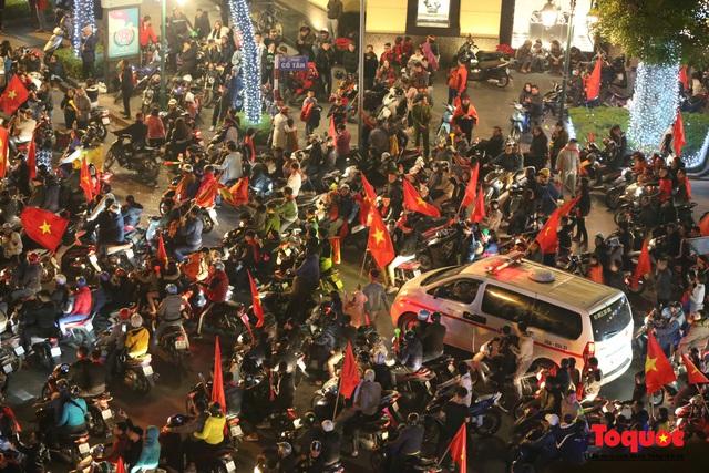 Hành động đẹp của CĐV Việt Nam trong đêm U22 Việt Nam giành huy chương vàng SEA Games - Ảnh 2.