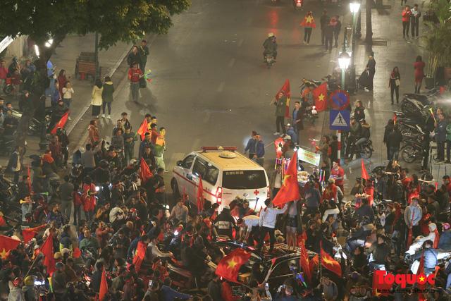 Hành động đẹp của CĐV Việt Nam trong đêm U22 Việt Nam giành huy chương vàng SEA Games - Ảnh 5.