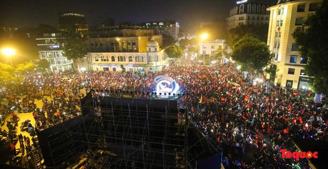 Hành động đẹp của CĐV Việt Nam trong đêm U22 Việt Nam giành huy chương vàng SEA Games - Ảnh 1.