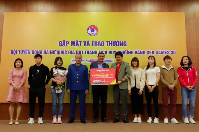 Vietjet trao phần thưởng 1 năm bay miễn phí tới hai đội tuyển bóng đá nam, nữ vô địch SEA Games - Ảnh 2.