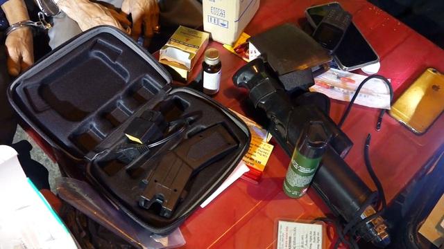 Quảng Bình: Bắt đối tượng tàng trữ ma túy và vũ khí nóng trên xe ô tô - Ảnh 4.
