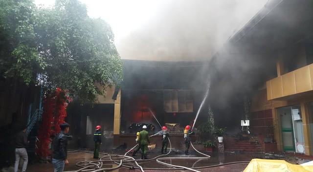 Nghệ An: Đang cháy lớn ở tổ hợp khách sạn, Bar và Karaoke tại trung tâm TP.Vinh, một người đang mắc kẹt - Ảnh 4.