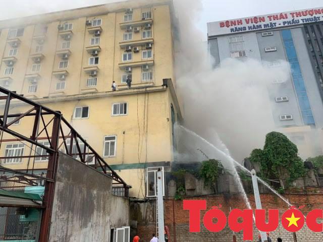 Nghệ An: Đang cháy lớn ở tổ hợp khách sạn, Bar và Karaoke tại trung tâm TP.Vinh, một người đang mắc kẹt - Ảnh 3.