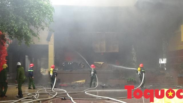 Nghệ An: Đang cháy lớn ở tổ hợp khách sạn, Bar và Karaoke tại trung tâm TP.Vinh, một người đang mắc kẹt - Ảnh 1.