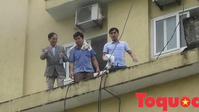 Nghệ An: Đang cháy lớn ở tổ hợp khách sạn, Bar và Karaoke tại trung tâm TP.Vinh, một người đang mắc kẹt - Ảnh 2.
