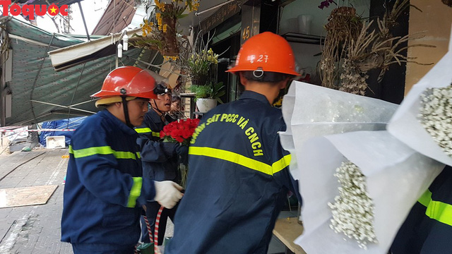 Cảnh sát giúp dân di chuyển cửa hàng hoa cạnh ngôi nhà bị sập - Ảnh 10.