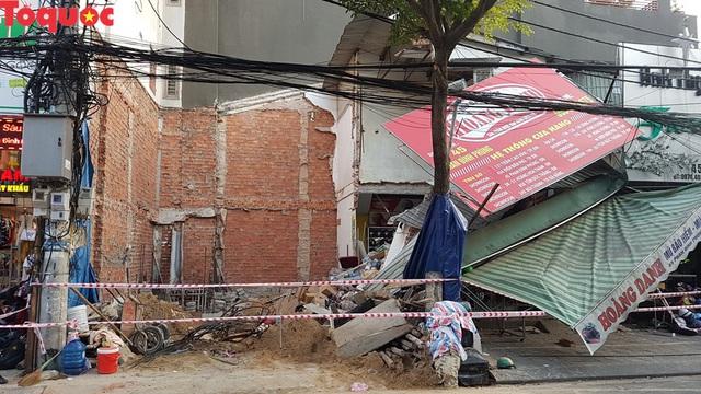 Cảnh sát giúp dân di chuyển cửa hàng hoa cạnh ngôi nhà bị sập - Ảnh 11.