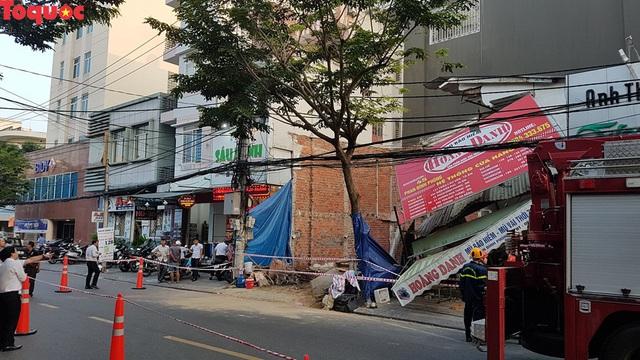 Cảnh sát giúp dân di chuyển cửa hàng hoa cạnh ngôi nhà bị sập - Ảnh 12.