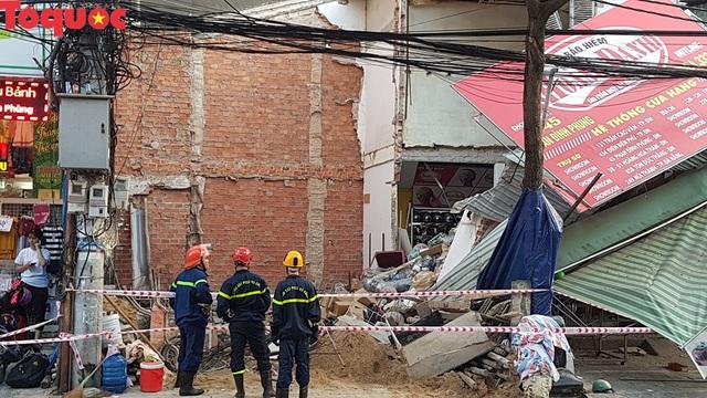 Cảnh sát giúp dân di chuyển cửa hàng hoa cạnh ngôi nhà bị sập - Ảnh 2.