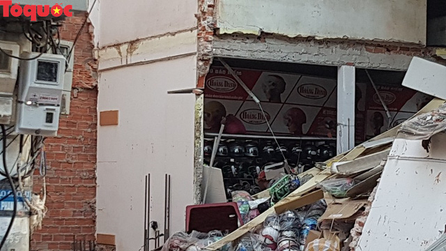 Cảnh sát giúp dân di chuyển cửa hàng hoa cạnh ngôi nhà bị sập - Ảnh 3.