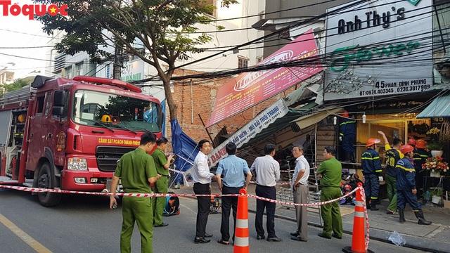 Cảnh sát giúp dân di chuyển cửa hàng hoa cạnh ngôi nhà bị sập - Ảnh 5.