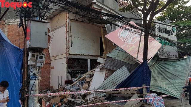Cảnh sát giúp dân di chuyển cửa hàng hoa cạnh ngôi nhà bị sập - Ảnh 4.
