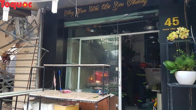 Cảnh sát giúp dân di chuyển cửa hàng hoa cạnh ngôi nhà bị sập - Ảnh 6.
