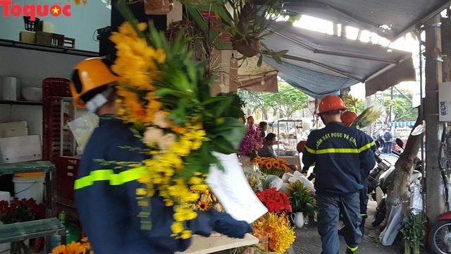 Cảnh sát giúp dân di chuyển cửa hàng hoa cạnh ngôi nhà bị sập - Ảnh 9.