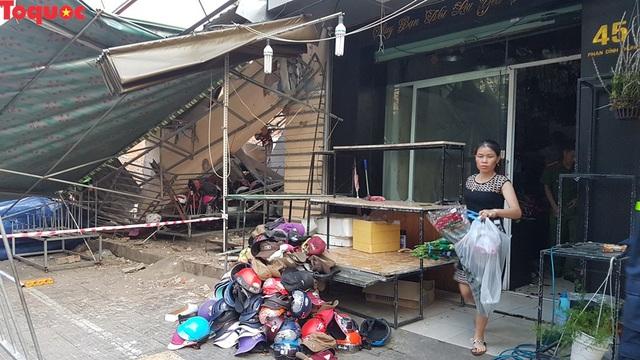 Cảnh sát giúp dân di chuyển cửa hàng hoa cạnh ngôi nhà bị sập - Ảnh 7.