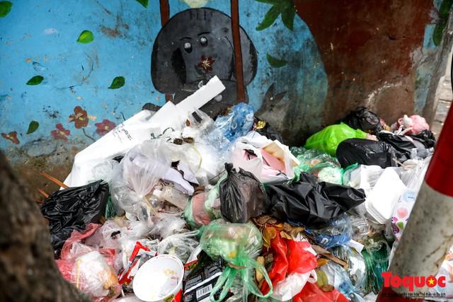 Đống Đa (Hà Nội): Người dân bức xúc vì nạn đổ rác trộm, chất thành đống ngay cạnh biển cấm - Ảnh 5.