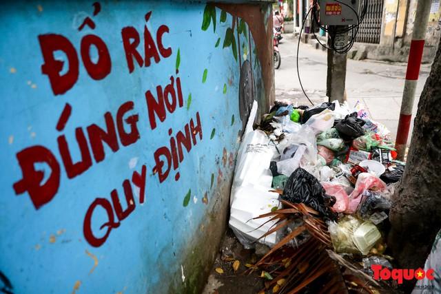 Đống Đa (Hà Nội): Người dân bức xúc vì nạn đổ rác trộm, chất thành đống ngay cạnh biển cấm - Ảnh 3.