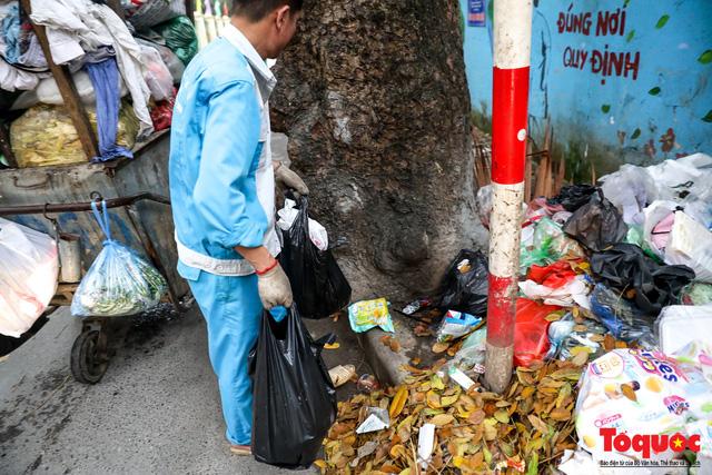 Đống Đa (Hà Nội): Người dân bức xúc vì nạn đổ rác trộm, chất thành đống ngay cạnh biển cấm - Ảnh 8.