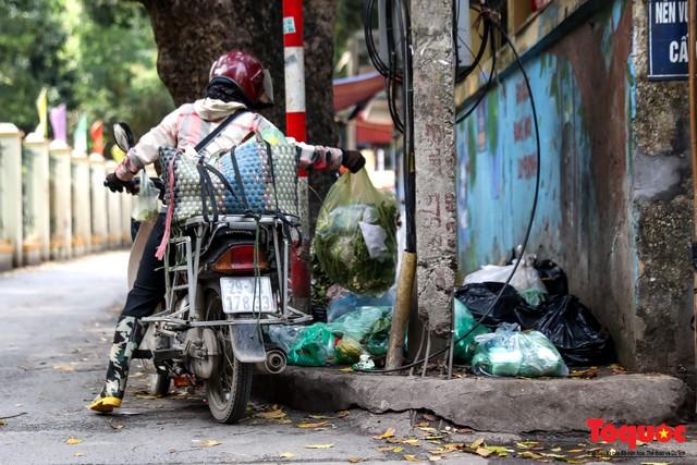 Đống Đa (Hà Nội): Người dân bức xúc vì nạn đổ rác trộm, chất thành đống ngay cạnh biển cấm - Ảnh 6.