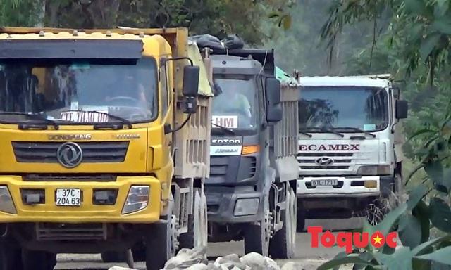 Nghệ An: Xe chở đất, đá cày nát đường dân sinh ra quốc lộ, người dân sống chung với ô nhiễm - Ảnh 1.