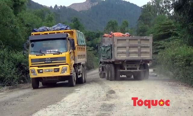 Nghệ An: Xe chở đất, đá cày nát đường dân sinh ra quốc lộ, người dân sống chung với ô nhiễm - Ảnh 3.